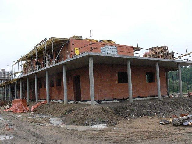Komora.  Budova pro zázemí odpočinkové zóny na sídlišti Nad Lužnicí již vyrostla ze základů.