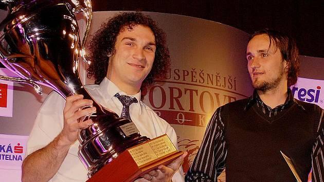 Nejúspěšnější kolektiv - fotbalisty Spartaku MAS Sezimovo Ústí - zastupovali hráči Lukáš Mach a Marián Horka (zleva).