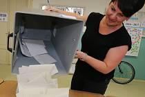 Sčítání hlasů v urnách.