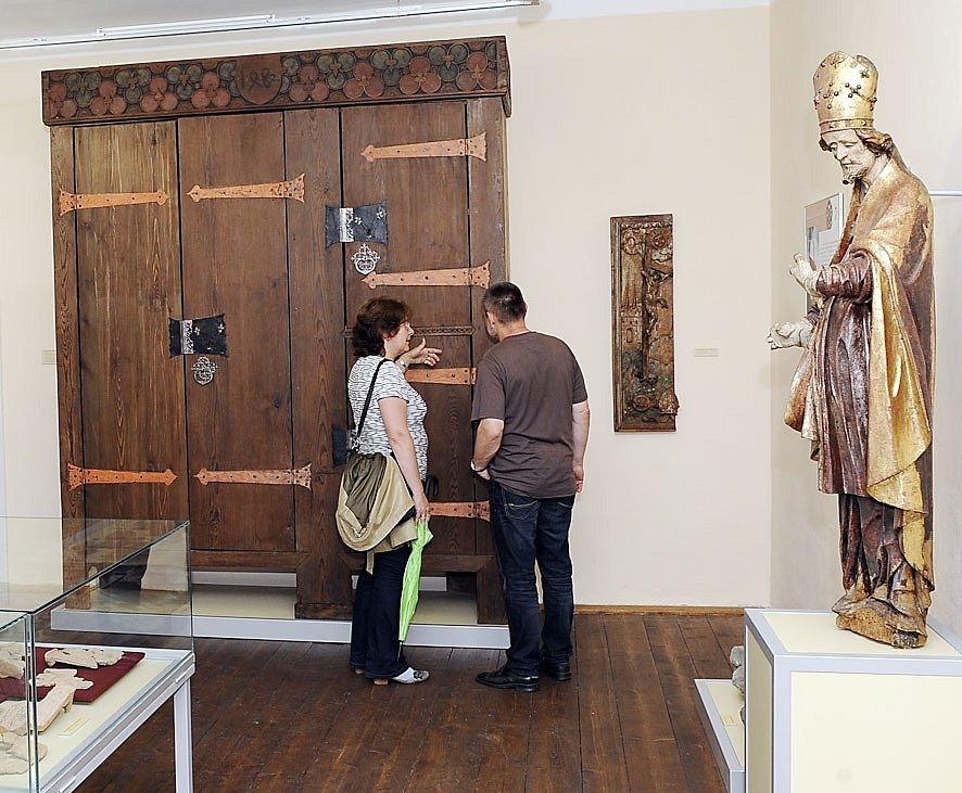 NEJCENNĚJŠÍM exponátem nové expozice je unikátní gotická skříň sloužící ve věži při kostelu sv. Petra a Pavla jako městská pokladnice.