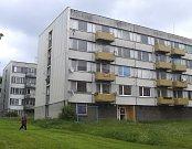 Čtyřiadvacet bytů ve třech domech v okříšské ulici U Stadionu (na snímku) a další čtyři v ulici Sadová za autobusovým nádražím hodlá městys privatizovat. Zůstat by v nich měli současní nájemníci.