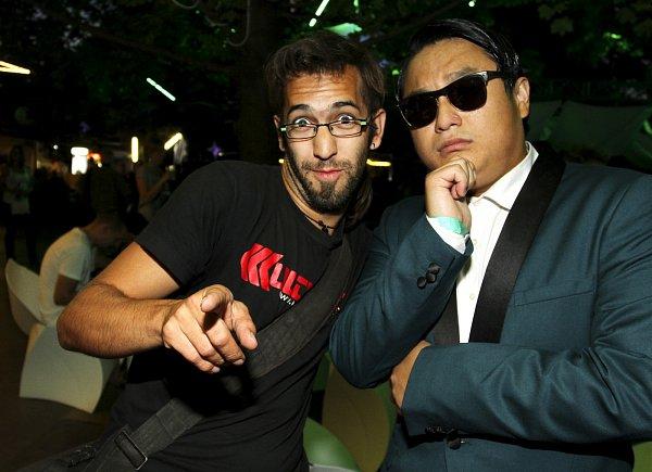 CELEBRITY. Sziget festival hýřil zvučnými jmény hudební branže. Zahráli Blur, Nick Cave či David Guetta. David Peltán se vzázemí potkal sPSY, jehož Gangnam style dobývá diskotéky.