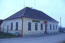 BÝVALÁ ŠKOLA. Dnes škola slouží obecnímu úřadu.