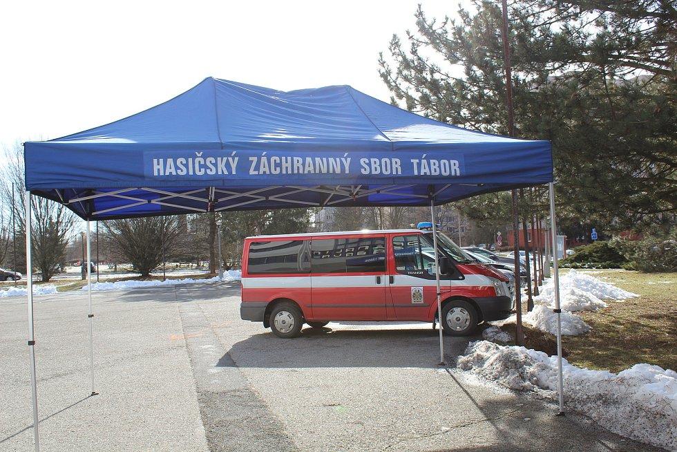 Tábor začal očkovat na zimním stadionu. Podívejte se, jak vypadal první den.
