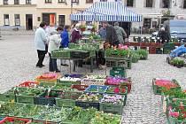 Středa je na táborském Žižkově náměstí vyhrazena trhům. V tomto ročním období je ovládají sadby zeleniny, květin a bylinek.
