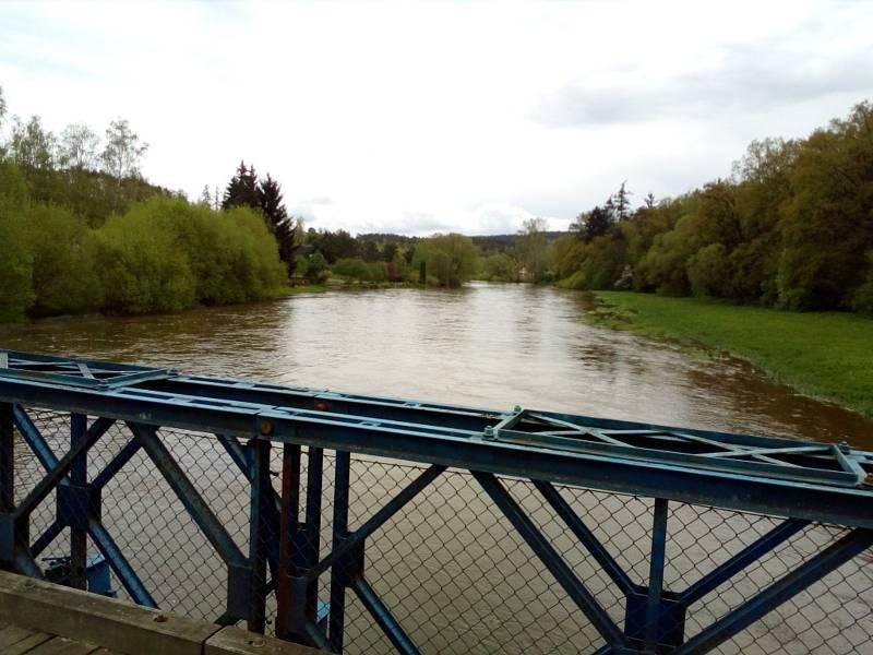 Deště zvedly v polovině května 2021 hladinu řeky Lužnice. Na snímku Hutě u Bechyně.