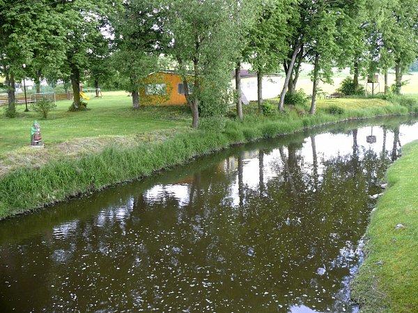 VODA loni zaplavila imístní sportovní hřiště. Dnes zde roste tráva a hřiště má nový speciální povrch.