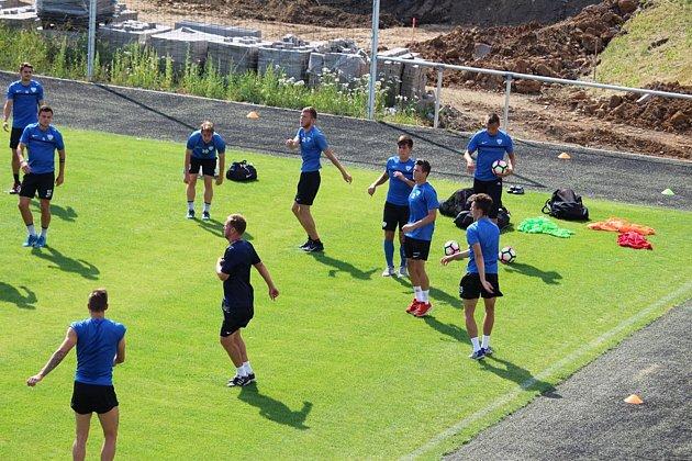 První trénink fotbalistů FC MAS Táborsko na novém trávníku vKvapilově ulici.