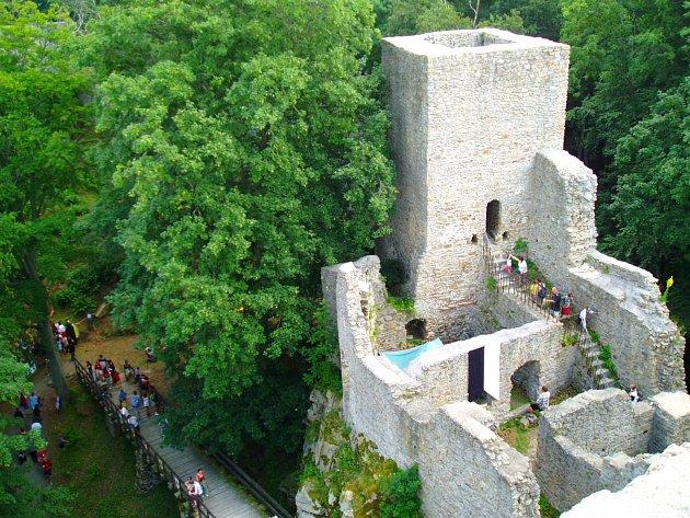 Hrad Choustník přiláká ročně stovky lidí.