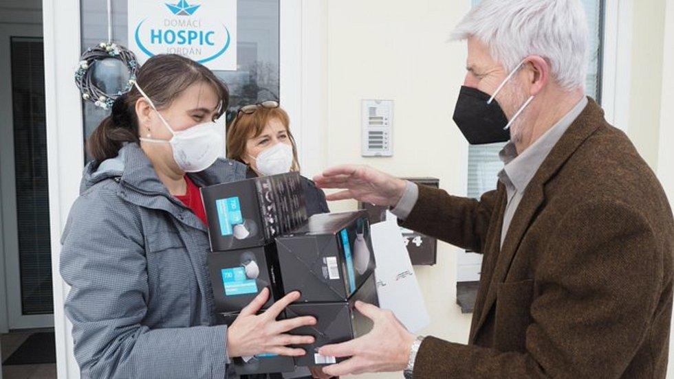 Hospic Jordán dostal darem respirátory za 20 tisíc. Ve středu je osobně předal zakladatel iniciativy generál Petr Pavel.