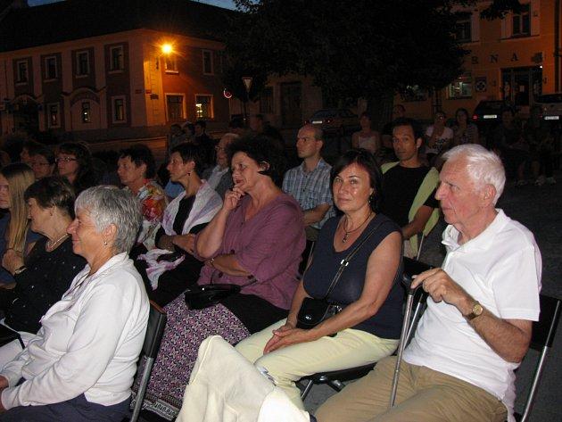 Na bechyňské náměstí dorazilo okolo stovky diváků, kteří se zaposlouchali do knihy Hovory lidí od Bohumila Hrabala.