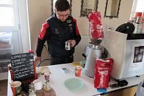 1) Jednatřicetiletý Jan Růžička s kávou pracuje už deset let, z toho se pátým rokem věnuje malování obrazů do její pěny. Své pomíjivé umění představil také na soběslavském jarním veletrhu Kreativ. Technika, které se věnuje, se jmenuje Etching, do základu