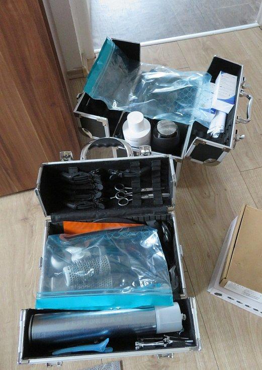 K práci Pavle Hrzánové stačí prostor 1,5 na 1,5 metru a židle, místo si pokryje podložkou, použije jen zásuvku na fén a sama si po sobě i uklidí.