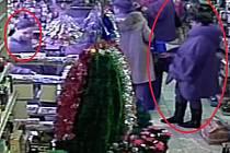 Dvojice pachatelek z videozáznamu.