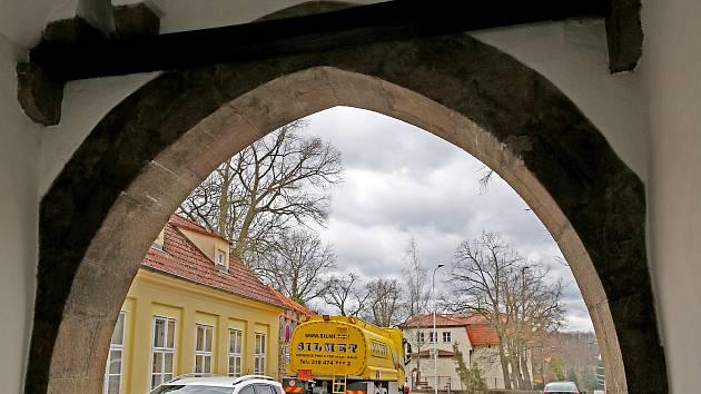 V Bechyňské bráně uvízla cisterna.