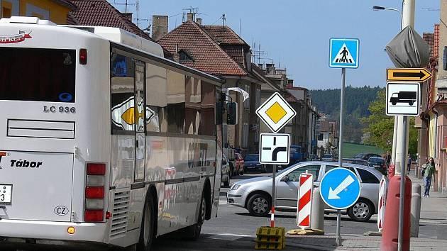 V křižovatce v Rokycanově ulici v Táboře je kvůli uzavření Černých mostů změněna přednost v jízdě. Úzká silnice dělá problémy řidičům autobusů a nákladních aut.