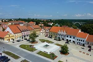 Náměstí TGM z kostela sv. Matěje v Bechyni.