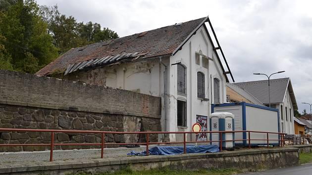 Opravy oken, dveří i střechy budou hotovy koncem října.