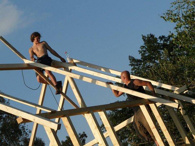 Nebojím se ani pracovat ve výškách, střecha či pergola není problém. Pomáhal jsem ještě sbratrem třetímu bratrovi stavět chatu. Mamce přístřešek na chytání ryb. Zkušeností mám dost a myslím, že po mě také něco alespoň zůstane.