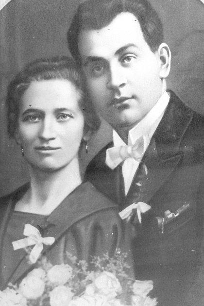 Václav Trešl se svojí manželkou Marií, která na něj čekala osm a půl roku: šest let, než se vrátil zválky a dva a půl roku, než dodělal četnickou školu. Ipřesto, že jí namlouvali jiné, nenechala se zviklat.