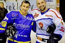 Bratři Jiří a Jan Kudrnovi (zleva) na ledě znovu bojují proti sobě.