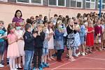V Chýnově na Táborsku dostávali žáci vysvědčení na různých místech. Někdo ve škole, jiný na fotbalovém hřišti a další třeba v trávě pod ořechem.