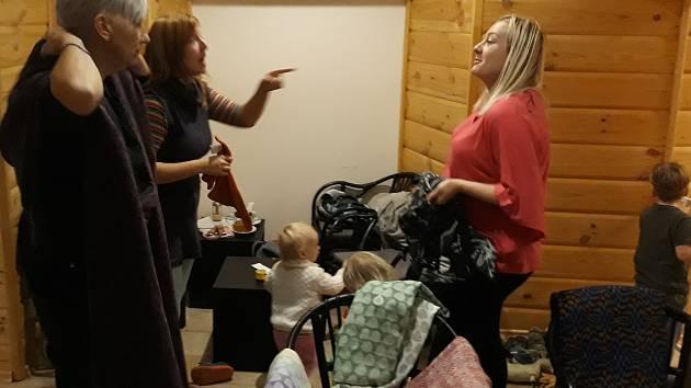Rodiče, kteří podporují kontaktní rodičovství a ergonomické nošení dětí se setkali ve čtvrtek 8.