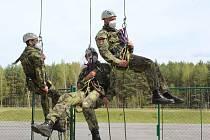 Vojáci se v Bechyni učili základy lezení.