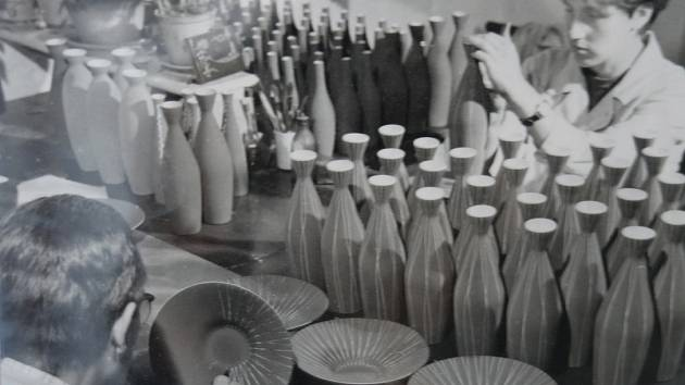 Hrnčířská dílna byla v Hrdějovicích založena již v roce 1899. S postupující industrializací měst vzrostla poptávka po hrnčířském zboží a v okolí obce se nacházely bohaté zdroje vhodné hlíny. Skutečný úspěch se dostavil, když v roce 1901 koupila dílnu rodi
