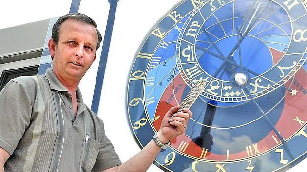 Davy Japonců zatím na prohlídku k táborskému orloji nemíří. Vladimír Volf ale rád vysvětlí náhodným kolemjdoucím, jak jeho orloj funguje.
