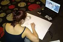 1) Pětadvacetiletá Katarína Drotárová pochází ze Slovenska, má za sebou i základní uměleckou školu. K malování má vztah už od dětství, vzorem jí byla maminka. Do Tábora se přestěhovala kvůli práci a založila zde s přítelem rodinu. Pro známé tvoří portréty