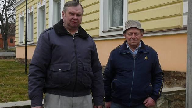 DVĚ GENERACE PAMĚTNÍKŮ. Miloslav Kazimour (vlevo) nastoupil do místní jednotřídky  dvacet let po Josefu Tíkalovi. Oběma zůstala v paměti velká kachlová kamna i jméno učitele.