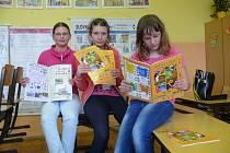 UČÍ SE TŘÍDIT. Čtvrťačky Veronika Kuncová (vpředu), Veronika Pražáková a Tereza Soukupová si prohlížely nové pracovní sešity.