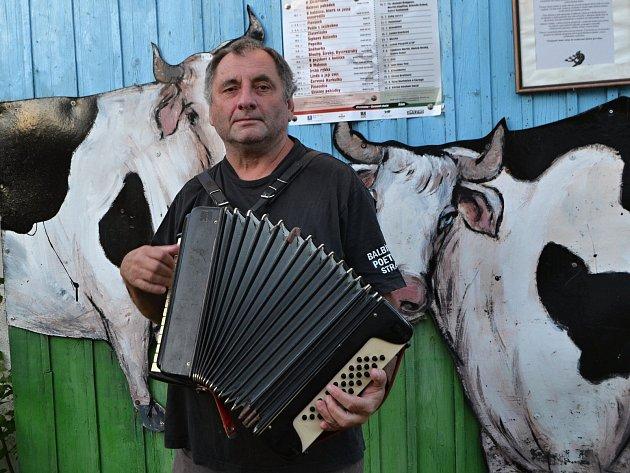 Václav Koubek ve Vesnickém hudebním klubu v Chotěmicích.
