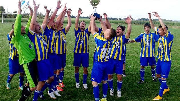Fotbalisté Vlastiboře takto slavili třetí pohárový triumf.
