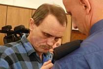 Obžalovaný František Komínek u táborského soudu.
