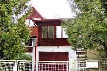 Dům, který zdědila zoologická zahrada Ohrada, zaujímá kombinací dřeva a zdiva.