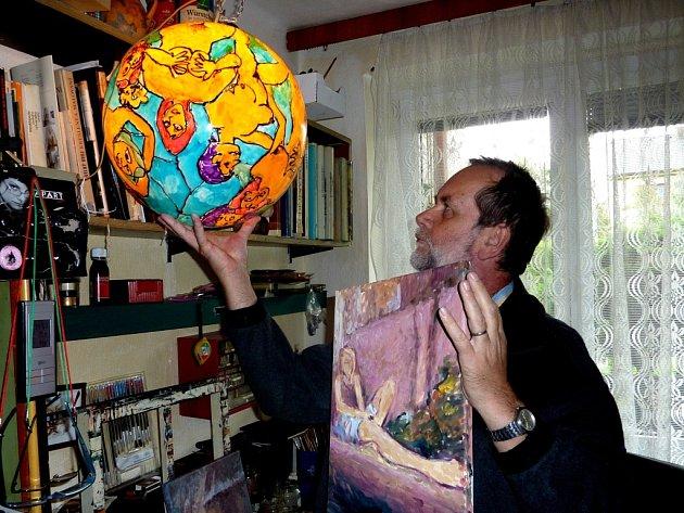 Malíř drží v pravé ruce dílo na zakázku – vyzdobenou lustrovou kouli, a v levé obraz pro radost – spící dívku s mobilem.
