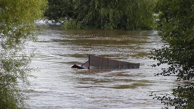 ŽIVEL BRAL VŠE. Na snímku torzo vodou unášené chatky přes jez v Sezimově Ústí.