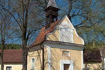 Kaple svatého Jana Nepomuckého je dominantou obce.