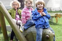 Na hřišti v Sezimově Ústí si včera užívali Adam, Lucie a Barbora. Nejvíce je zabavila dřevěná podobizna kobylky a dřevěný hrad.