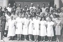 Z HISTORIE. První kantoři, kteří v bechyňské Základní škole Školní učívali. Snímek je z let 1965 –  1966.