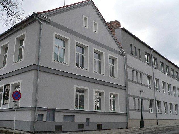 Budova školy pro první stupeň stojí na náměstí v Sezimově Ústí I.