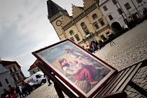 Sobotní galerie pod širým nebem nabízela kromě možnosti malování obrázků i výstavu několika uměleckých děl, které organizátoři přinesli z galerie v Koželužské ulici.
