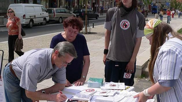 Stánek s peticí proti přítomnosti amerického radaru v ČR.