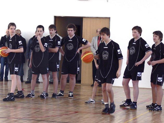 V roce 2010 modernizovala tělocvičnu pro své žáky i táborská Základní škola Husova na Maredově Vrchu. Školáci si její kvalitu hned otestovali.