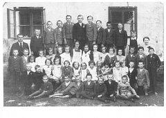 TŘÍDA PŘED ŠKOLOU. Jedna z posledních fotografií, na níž jsou zachyceny dvě třídy. Vlevo je řídící učitel Alois Slavíček, vpravo paní učitelka Vlasta Křižovská