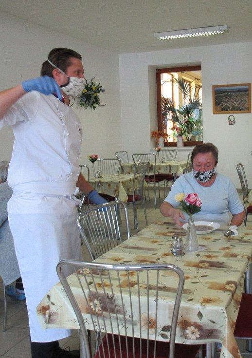 Z návštěvy 5. května v táborském DPS Čekanice udělal Martin Svatek s Ondřejem Gregorem Brzobohatým kulinářskou slavnost.