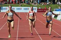 Hvězdně obsazená ženská dvoustovka. Zleva vítězka Denisa Rosolová, uprostřed bronzová Zuzana Hejnová a vlevo smolařka na limity pro MS, stříbrná Kateřina Čechová.