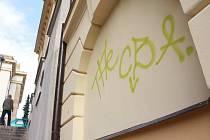"""ZRANĚNÍ. Čerstvě opravená budova Sokolovny má na svém novém, slušivém kabátku stále šrám. Před dvěma měsíci jej způsobil ne příliš zkušený sprejer, který si budovu vybral k označkování svým """"skvostným""""dílem"""